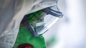 Medic în costum de protecție anti-COVID, cu o mască foarte performantă.