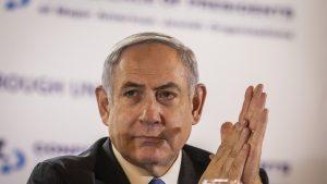Benjamin Netanyahu frecându-și palmele.