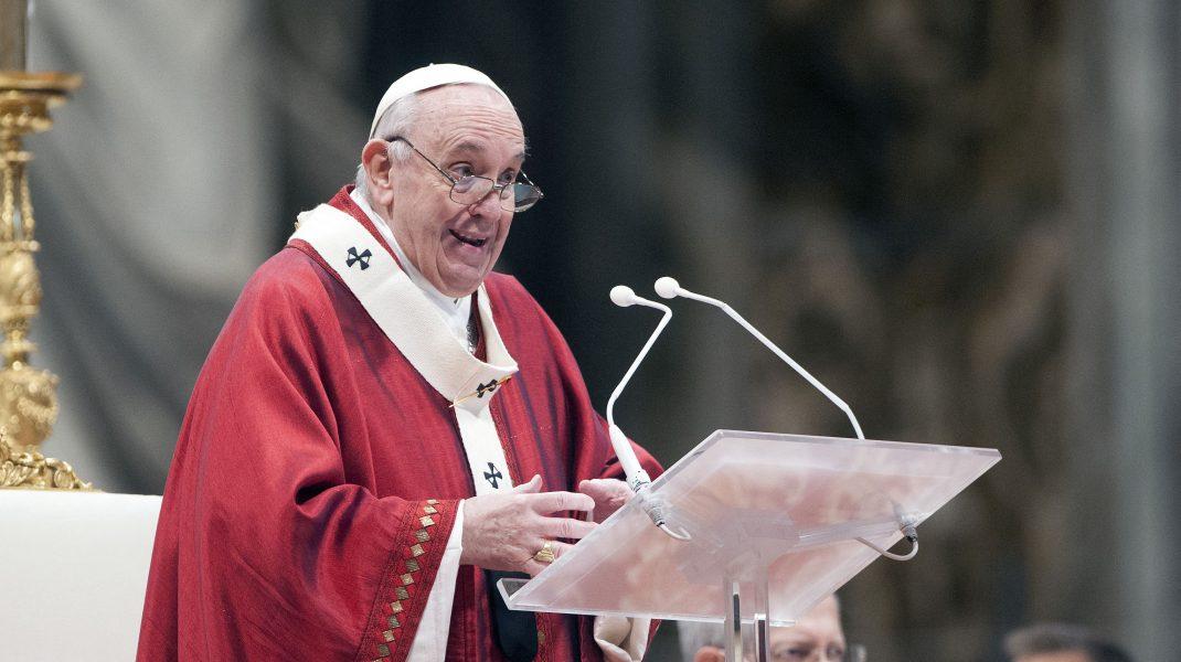 Papa Francisc le vorbește oamenilor în timpul unei slujbe.