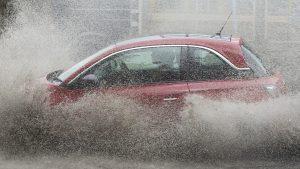 Mașină care merge prin ploaie.