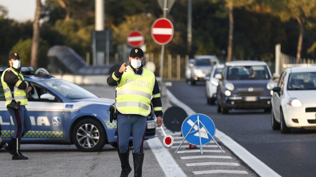 Poliția din Italia oprește circulația pe o stradă.