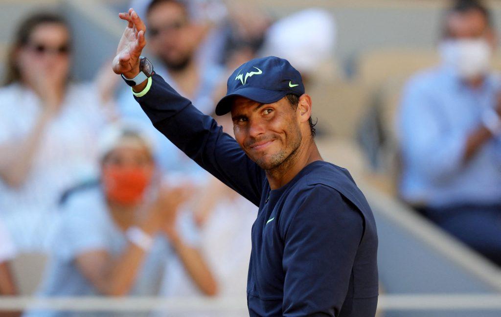 Rafael Nadal le face cu mâna fanilor.