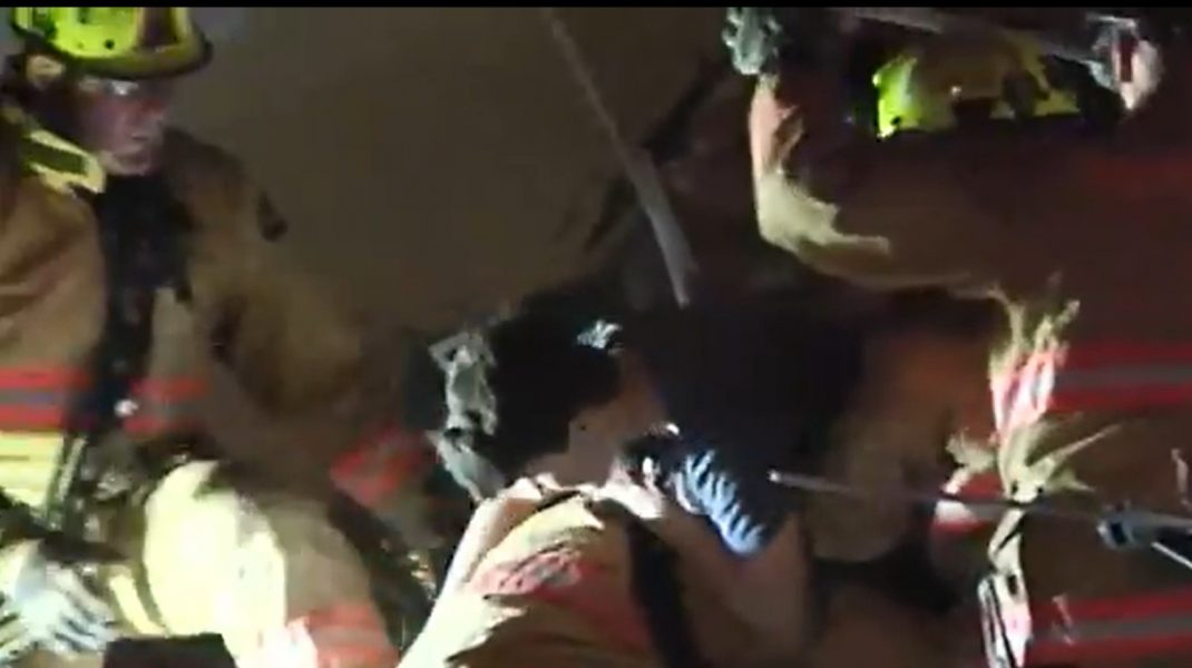 Salvare miraculoasă. Momentul în care un băiat este scos de sub dărâmăturile clădirii prăbușite lângă Miami. VIDEO