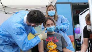 Valeriu Gheorghiță salută o tânără după vaccinarea anti-COVID.