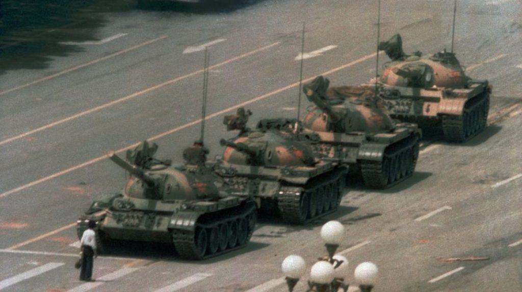 Cea mai cunoscută imagine a protestului din Piața Tiananmen, Beijing: Bărbat care stă în fața tancurilor.