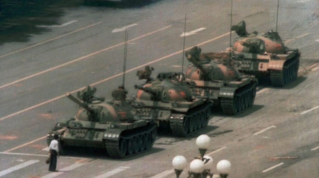 O poză memorabilă pentru protestul din Piața Tiananmen, Beijing: Un bărbat s-a așezat în fața tancurilor pentru a le împiedica să continue.