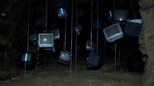 Televizoare vechi într-o grotă din centrul istoric al Brașovului.