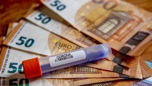 Test coronavirus care este așezat pe bancnote de euro.