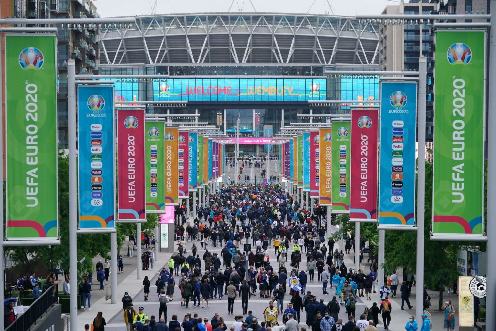 suporteri la intrarea pe wembley, pentru meciul scotia- anglia, de la euro 2020