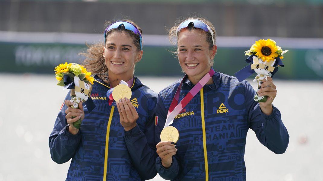 Ancuța Bodnar și Simona Radiș, după ce au câștigat medalia de aur la dublu vâsle feminin.