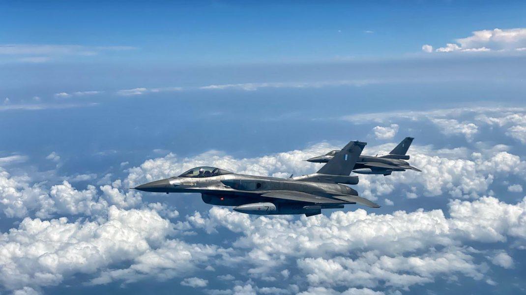 avion f-16 falcon in zbor