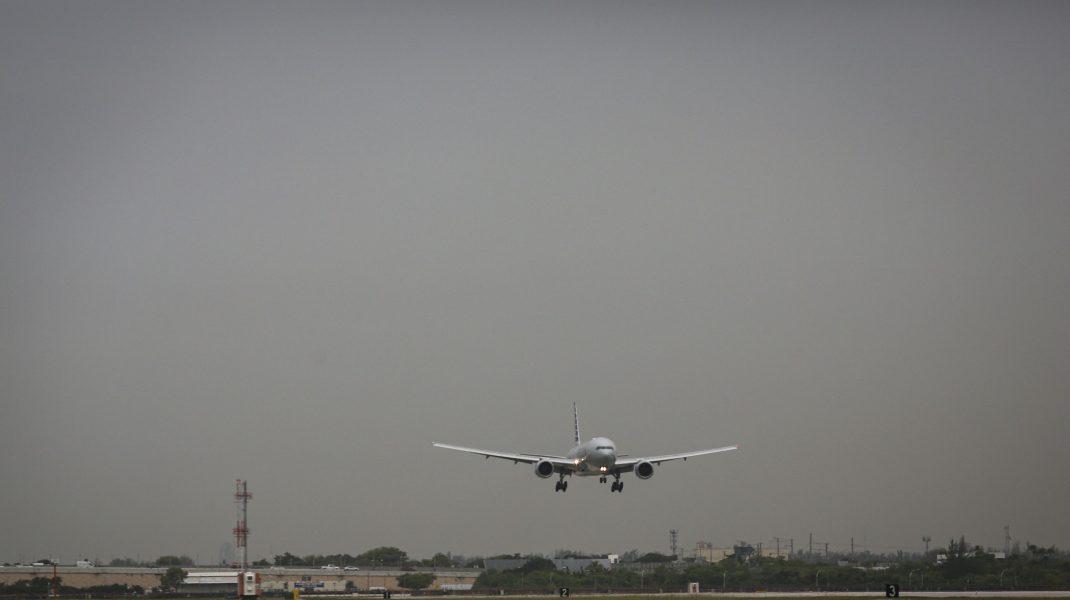 un avion united airlines la aterizare.