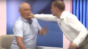 VIDEO. Doi politicieni s-au luat la bătaie în direct, într-o emisiune TV. Incidentul s-a încheiat cu intervenția ambulanței