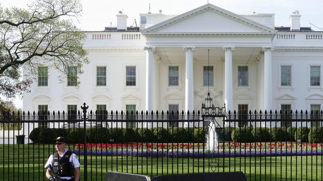 Casa Albă fotografiată cu paznicul în față.