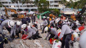 Salvatorii eliberează molozul cu gălețile. Foto: Miami-Dade Fire Rescue