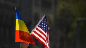 Drapelul României și drapelul SUA.