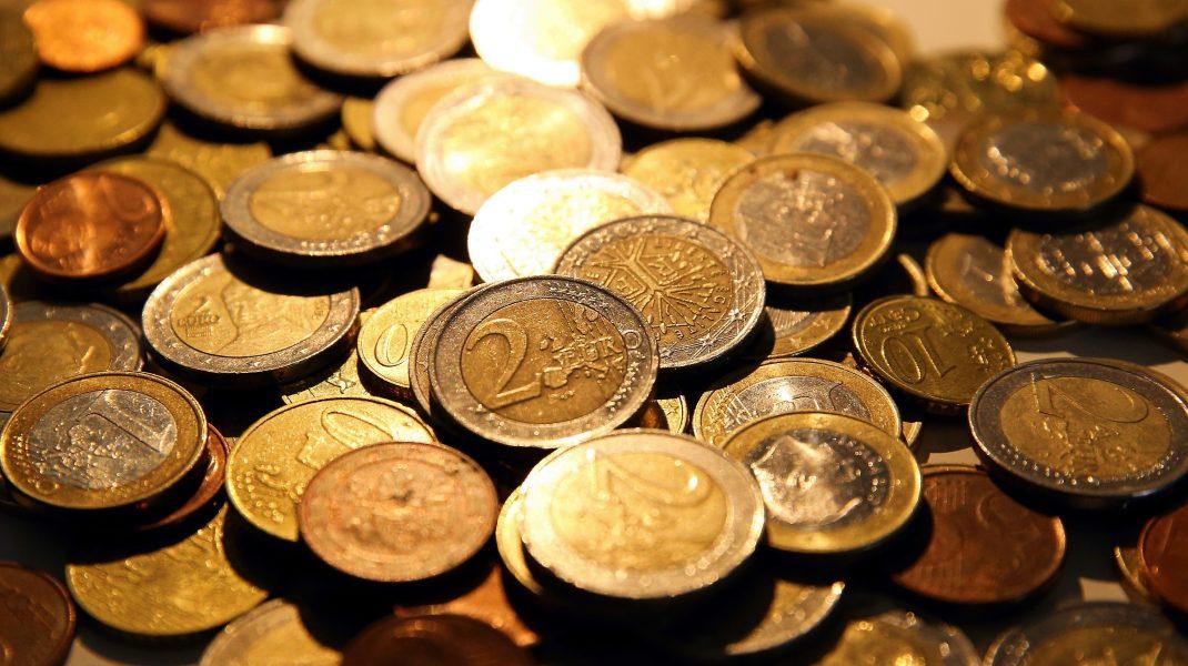 Grămadă de monede euro.