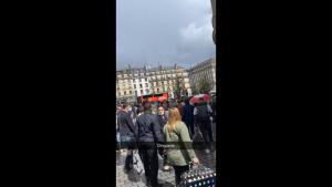 Oamenii care au ieșit dintr-o gară din Paris care a fost evacuată.