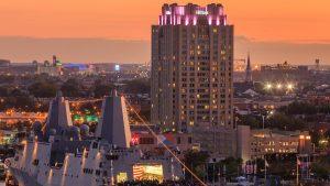 Hotel Hilton într-un apus de soare.