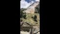Bolovanii cad de pe un munte din India.
