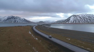 Mașină care merge pe un drum din Islanda.