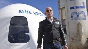 Jeff Bezos lângă racheta Blue Origin.