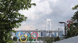 Imagine cu cercurile olimpice de la Jocurile Olimpice de la Tokyo.
