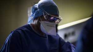 Medic care poartă mască anti-COVID.