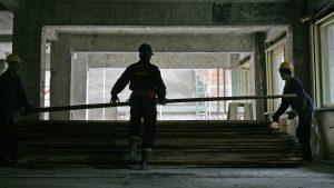 Trei muncitori ai unei societati de constructii, muncesc, miercuri 21 septembrie, la consolidarea unei cladiri afectate de cutremure, in centrul Bucurestiului, zona cu cele mai multe cladiri cu grad mare de pericol de prabusire.