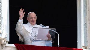 Papa Francisc salută oamenii de la balcon.