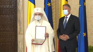 Patriarhul Daniel alături de președintele Klaus Iohannis în momentul decorării.