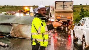 Polițistul care dirijează circulația cu o mască apicolă pe față.