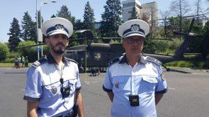 politisti in fata elicopterului aterizat fortat.