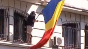 Protest la sediul Înaltei Curți de Casație și Justiție. Un bărbat s-a urcat pe clădire