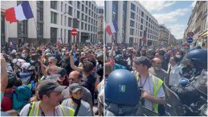 Manifestanți care protestează la Paris față de pașaportul COVID.