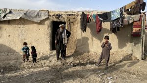 un batran si mai multi copii din afganistan.