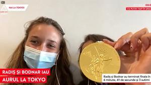 Ancuța Bodnar și Simona Radiș la Aleph News, arătând medalia de aur.