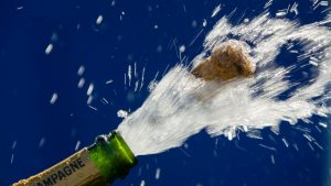 Sticlă de șampanie care se deschide.