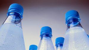 Sticle cu apă rece.