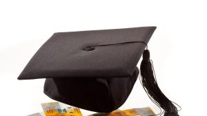Bani și pălărie de student.