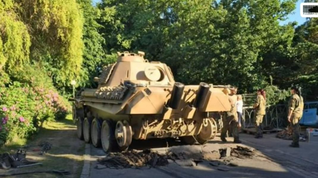 Tancul Panther ținut de un bătrând de 84 de ani din Germania.