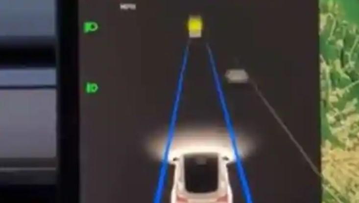 VIDEO: Momentul în care o Tesla încetinește în mod misterios în mijlocul drumului. Motivul e uimitor