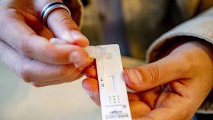 Test COVID-19 în mâinile unui bărbat.