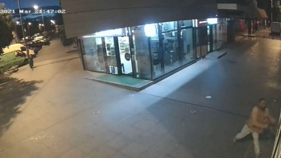 Momente surprinse pe camerele din zona în care bărbatul a vandalizat complexul comercial.