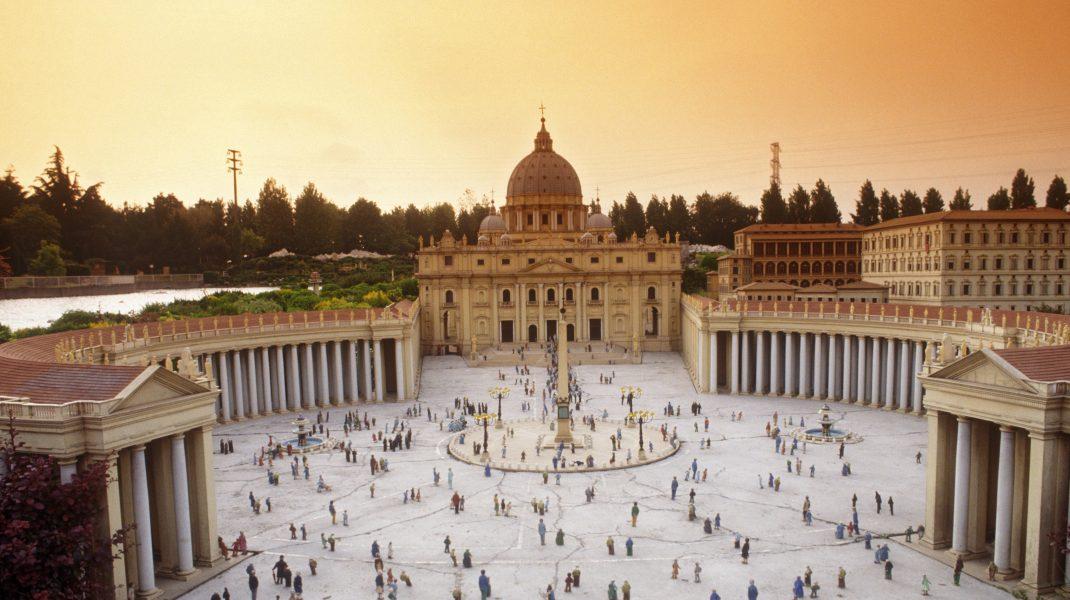 Piața Vatican cu o mulțime de oameni.