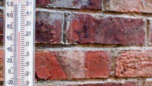 Termometru pus lângă un perete.