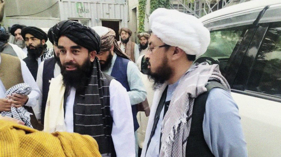 Zabihullah Mujahid (stânga), purtătorul de cuvânt al talibanilor. Foto: Hepta