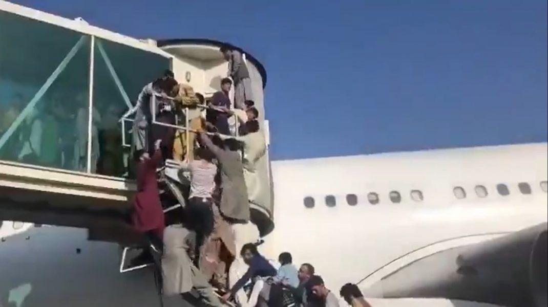 VIDEO: Scene de disperare pe aeroportul din Kabul. Sute de afgani au încercat să urce cu forța într-un avion