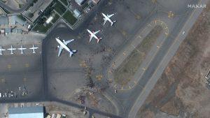 Aeroportul din Kabul văzut din satelit. Mulțimea de oameni este vizibilă pe pista aeroportului. Foto: Twitter/Maxar