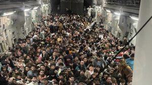 640 de persoane au încpăut în avionul C-17.